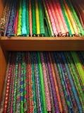 Las pilas de material de seda fino texturizado colorido del paño ruedan fotografía de archivo