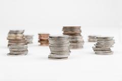 Las pilas de monedas aislaron Fotos de archivo libres de regalías