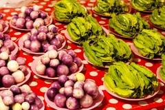 Las pilas de las verduras frescas para la venta en mercado atascan para la venta en el mercado local de Chiang Mai, Tailandia, Imagen de archivo