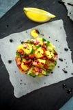 Las pilas del sushi del atún con el mango, pepino, salsa de los tomates sirvieron con el vinagre balsámico, semillas de sésamo de Imagen de archivo libre de regalías