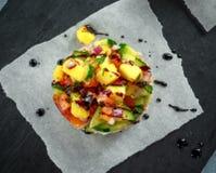 Las pilas del sushi del atún con el mango, pepino, salsa de los tomates sirvieron con el vinagre balsámico, semillas de sésamo de Fotos de archivo