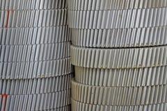 Las pilas fijaron el engranaje del metal en un almacén de la fábrica Imágenes de archivo libres de regalías