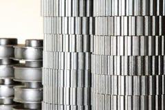 Las pilas fijaron el engranaje del metal en un almacén de la fábrica Fotos de archivo libres de regalías
