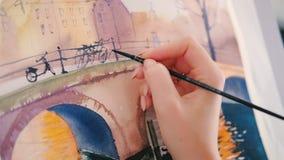 Las pinceladas de la mano del artista de la pintura de la acuarela bajan almacen de video