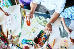 Las pinturas de los niños en Art Class Imagen de archivo