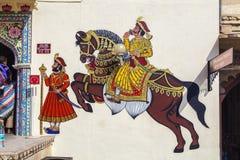 Las pinturas de pared muestran a guerreros en épocas antiguas con los caballos Imágenes de archivo libres de regalías