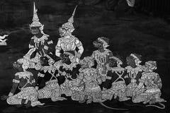 Las pinturas murales de Ramakian Ramayana son pared blanco y negro del color a lo largo de las galer?as del templo de la esmerald imagen de archivo libre de regalías
