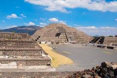 Las pirámides en Teotihuacan, un sitio archaelogical importante en México Foto de archivo libre de regalías
