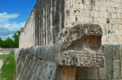 Las pirámides mayas en México, escultura son la cabeza de la serpiente Fotos de archivo libres de regalías