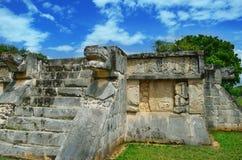 Las pirámides mayas en México, escultura son la cabeza de la serpiente Foto de archivo libre de regalías
