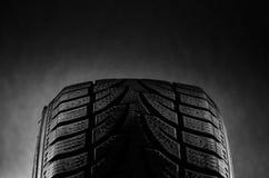 Las pisadas negras del neumático se cierran para arriba en estudio Fotos de archivo