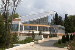 Las piscinas del edificio en el centro turístico ponen verde al individuo Imagenes de archivo