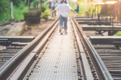 Las pistas de ferrocarril en el puente del río Kwae son edificios históricos y señal de la provincia de Kancjanaburi, Tailandia fotografía de archivo libre de regalías