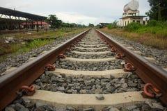 Las pistas de ferrocarril van mucho más alla del horizonte Fotografía de archivo