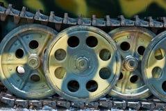 Las pistas del tanque verde ruso viejo y ruedas del hierro imagen de archivo