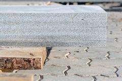 Las placas del granito pusieron en uno a en la plataforma de madera Foto de archivo