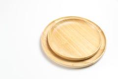 Las placas o las bandejas de madera aislaron el fondo blanco Imagen de archivo