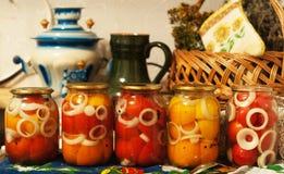 Las plantas de jardín del otoño de las verduras de los pepinos de los tomates de la cosecha caen imágenes de archivo libres de regalías