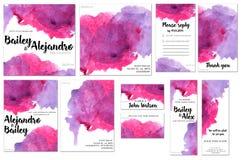 Las plantillas de la tarjeta fijadas con la acuarela púrpura y carmesí salpican el fondo; diseño artístico para el negocio, boda, ilustración del vector