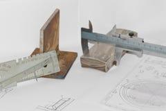Las plantillas para el control visual de la medida están en el tubo del dibujo Fotos de archivo