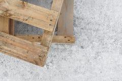 Las plataformas de madera se colocan en un embarcadero concreto Copie el espacio Textura blur Fondo fotografía de archivo