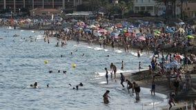 Las playas de España meridional y los nadadores apretaron en una tarde del verano almacen de video
