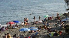 Las playas de España meridional y los nadadores apretaron en una tarde del verano almacen de metraje de vídeo