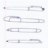 Las plumas y los marcadores mienten en una hoja de papel en la célula Los objetos inmóviles se dibujan en estilo del garabato Plu Foto de archivo