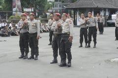 LAS POLICÍAS DE SEGURIDAD DEL FUNCIONAMIENTO DE LA ELECCIÓN FUERZAN imagenes de archivo