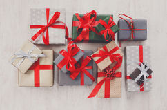 Las porciones de cajas de regalo en la madera, día de fiesta presentan en papel Fotografía de archivo libre de regalías