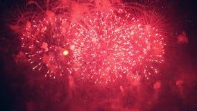 Las porciones de guiñar los fuegos artificiales shooted continuamente