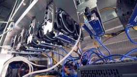Las porciones de mineros del bitcoin pusieron en una granja especial de la explotación minera del cryptocurrency metrajes