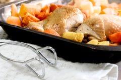 Las porciones de pollo asaron en una bandeja de la hornada Fotos de archivo