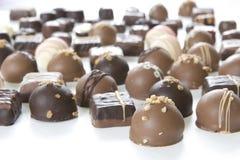 Las porciones de trufas de chocolate - céntrese en frente Imagen de archivo libre de regalías