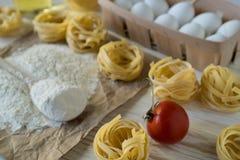 Las preparaciones para hacer las pastas hechas en casa Foto de archivo libre de regalías