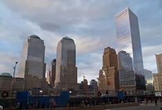 Las primeras dos vigas de acero para la torre de la libertad se levantaron en el punto cero en New York City fotos de archivo libres de regalías