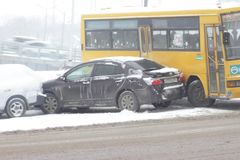 Las primeras nevadas principales en Vladivostok. Imagen de archivo libre de regalías