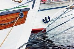Las proas de naves con las cuerdas fotos de archivo