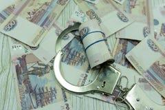 Las pruebas fueron agarradas de un policía corrupto La policía badge en la cubierta y el dinero de cuero en la tabla Lucha contra fotos de archivo libres de regalías