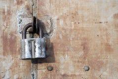 Las puertas de acero oxidadas bloquearon con el candado fotos de archivo
