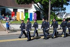 Las puertas de dios est?n abiertas a todos, polic?a que camina en un desfile del D?a de los ca?dos, Rutherford, NJ, los E.E.U.U. imagen de archivo