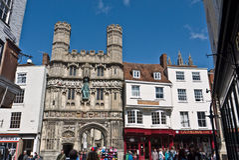 Las puertas de la catedral y de Buttermarket de Cantorbery Fotos de archivo