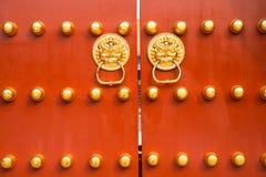 Las puertas de la ciudad Prohibida, la puerta roja, los clavos de oro de la puerta, la pavimentación de oro, la muestra de la ciu imagen de archivo libre de regalías