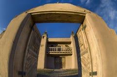 Las puertas de la entrada se abren en el patio de San Jose de Gracia Church en Las Trampas, nanómetro foto de archivo libre de regalías