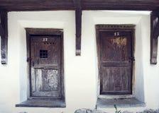 Las puertas de madera viejas en Prejmer fortificaron la iglesia, condado de Brasov, romano Imagen de archivo