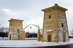 Las puertas del egipcio bajo nieve Imagenes de archivo