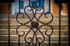 Las puertas del labrado-hierro, forja ornamental, clos forjados de los elementos fotos de archivo