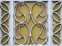 Las puertas reales del hierro de las flores en stree Fotos de archivo libres de regalías