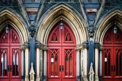 Las puertas rojas del soporte Vernon Place United Methodist Church, adentro Imagen de archivo libre de regalías
