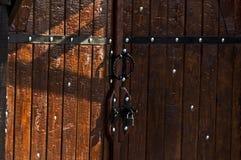 Las puertas rojas marrones de madera, puertas se cerraron al castillo con bisagras Fotografía de archivo
